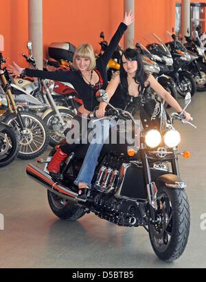 """Caroline (L) und Ariane Pose auf der Triumph Rocket III Roadster in einer Ausstellungshalle am Motorrad Messe """"SachsenKrad - Stockfoto"""