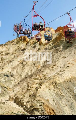 Seilbahnen, die die Menschen nach unten über den bunten Klippen am Alaun Bucht - Stockfoto
