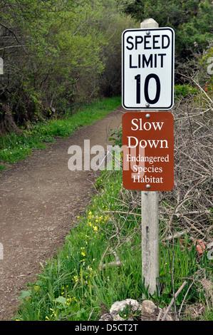 Tempolimit bedrohte Arten Zeichen, Pacifica, Kalifornien, USA - Stockfoto
