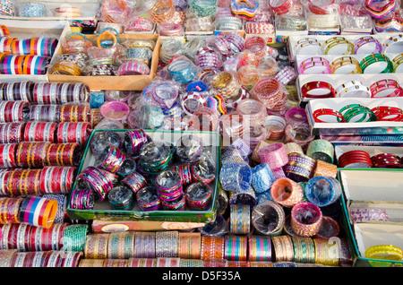 verschiedene bunte Armbänder in Delhi Basar, Indien - Stockfoto