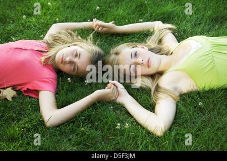 Schöne Teen und Tween Schwestern Hand in Hand - Stockfoto
