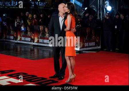 US-Schauspieler Bruce Willis und britische Schauspielerin Emma Heming kommen für die UK-Premiere von A Good Day, - Stockfoto