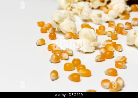 Popcorn und Mais Samen aus einer gefallenen Schüssel Rollen - Stockfoto