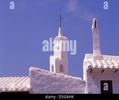 Dächer und Kamine von weiß getünchten Angeln Dorfentwicklung von Binibeca, Menorca, Balearen, Spanien - Stockfoto
