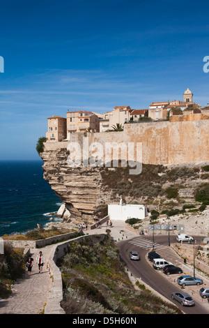 Frankreich, Korsika, Bonifacio, Cliffside Häuser - Stockfoto