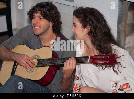 Lernen, Gitarre zu spielen, gemeinsam - Stockfoto