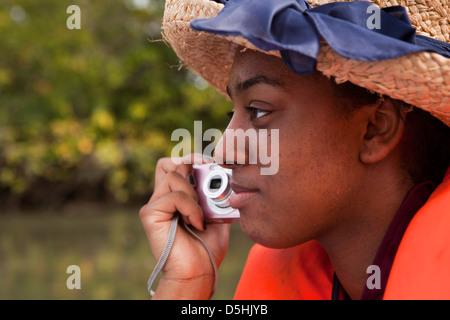 Madagaskar, Betrieb Wallacea, Student mit Kamera auf Mariarano Forschung Flussschiff Stockfoto