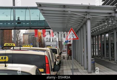 Der leere Eingang in ein Terminal am Flughafen in Dresden, Deutschland, 23. Februar 2010 abgebildet. Trotz der Aussetzung - Stockfoto