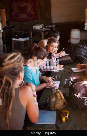 Madagaskar, Betrieb Wallacea, Matsedroy Feld Studienlager, Schülerinnen und Schüler studieren Stockfoto