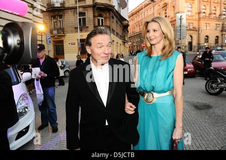 Karel Gott und Frau vergibt Ivana Gottova Ankunft TYTY TV im Vinohradske Theatre. Prag, Tschechische Republik - - Stockfoto