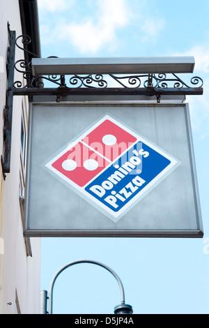 381a4932c4de5a Blickte zu Dominos Pizza Shop anmelden und logo - Stockfoto