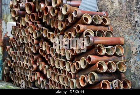 Ein Stapel von verlassenen Keramische Rohre gesehen in einer Gasse - Stockfoto