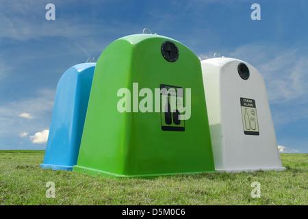 Recycling-Behälter für Farbe und klare Glas stehend Gras über blauen Himmel - Stockfoto