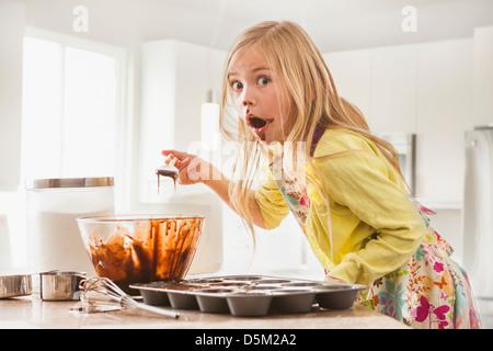 Mädchen (6-7) Backen Muffins - Stockfoto