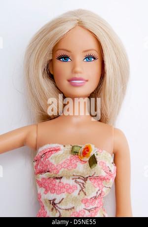 Nahaufnahme der Barbie-Puppe trägt ein rosa Kleid. - Stockfoto