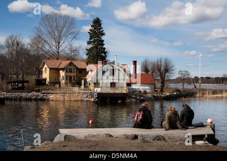 Skandinavien Schweden Schwedisch Stockholm Baltic Sea Island Archipel Vaxholm Holz Haus typischen Boot Dock Peple: - Stockfoto