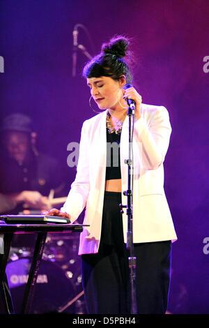 Toronto, Kanada. 6. April 2013. Schottische Sängerin Jessie Ware führt zum ersten Mal in Toronto am Opernhaus. (EXI/N8N) - Stockfoto