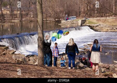 Oak Brook, Illinois, USA. 7. April 2013. Eine Familie genießt eine Foto-Session auf die Graue Mill Dam auf Salt - Stockfoto