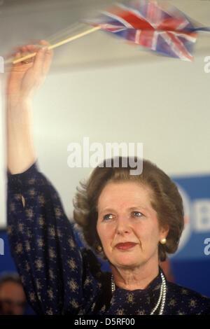 Frau Margaret Thatcher 1983 Wahlnacht winken Union Jack Flagge mit Tränen in den Augen bei konservativen Central - Stockfoto