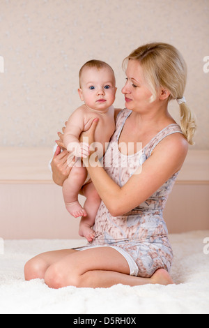 Mutter hält Baby boy - Stockfoto