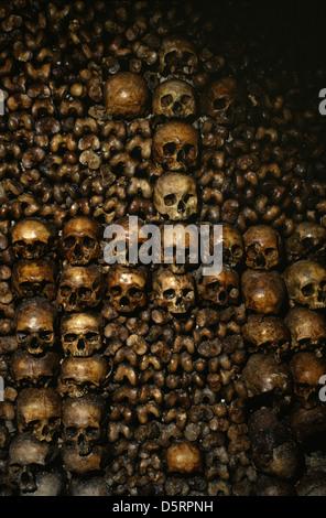 Wand aus Schädeln in die Katakomben von Paris eine unterirdische ossuaries dem die Überreste von etwas weniger als - Stockfoto
