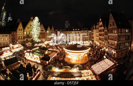 Datei - eine Archiv Bild datiert 24. November 2010 zeigt die Weihnachts-Markt-Magnificantly in der Nicolaikirche - Stockfoto