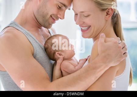 Eltern, die wiegt neugeborenen Babys - Stockfoto