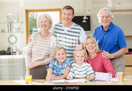 Familie lächelnd zusammen in der Küche - Stockfoto