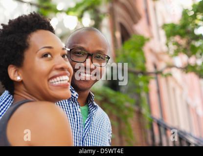 Paare, die auf Stadtstraße - Stockfoto
