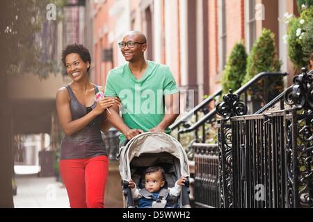 Familie zusammen auf die Straße gehen - Stockfoto