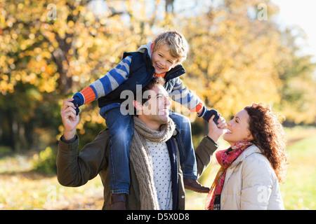Kaukasische Familie Wandern im park - Stockfoto