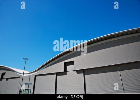Geschwungene Dach des Lager- und blauer Himmel - Stockfoto