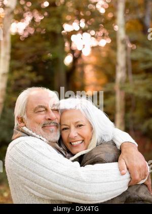Älteres Ehepaar im Park umarmt - Stockfoto