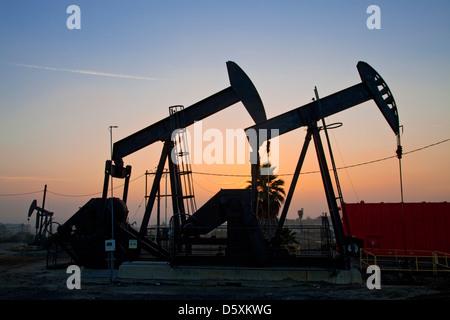 Die 1200 Hektar großen Inglewood Ölfeld befindet sich in Baldwin Hills ist das größte städtische Ölfeld in den USA. - Stockfoto