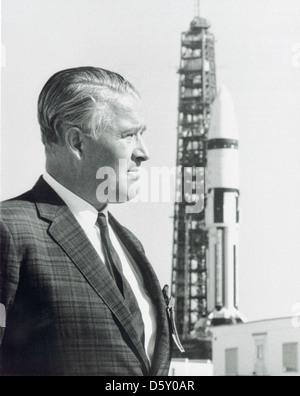 """Wernher von Braun und die Aturn IB"""" auf der Startrampe - Dr. Wernher von Braun steht vor einem 'Saturn IB"""" Start im Kennedy Space Flight Center. Jan. 22, 1968."""