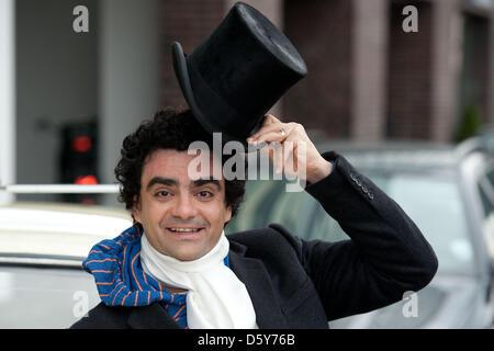 Sänger der mexikanische Tenor Rolando Villanzon stellt bei der Universal Music Gebäude in Berin, Deutschland, 15. - Stockfoto