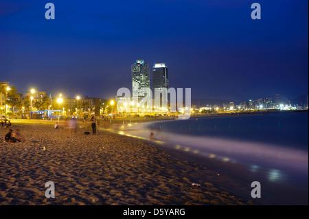 Blick auf das Hotel Arts und Mapfre Tower von der Barceloneta Strand, Barcelona, Spanien. - Stockfoto