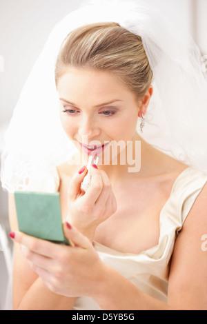 Braut Anwendung Lippenstift - Stockfoto