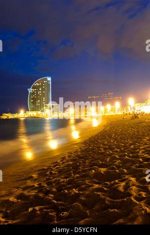 Blick auf das Luxus Hotel W von der Barceloneta Strand, Barcelona, Spanien. - Stockfoto