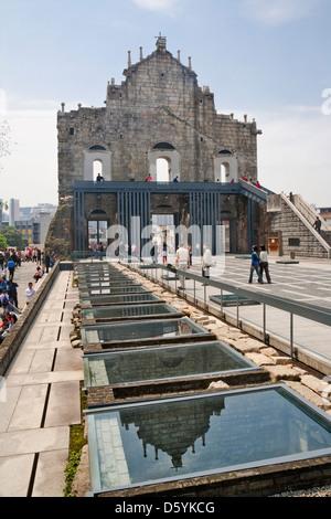 China, Macau, Ruinen der St. Pauls Kirche, Anzeigen des Standorts archäologisches Museum im hinteren Teil der verbleibenden - Stockfoto