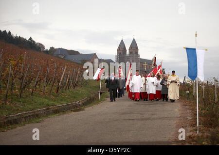 Eine Prozession führt durch die Weinberge in Rüdesheim am Rhein, Deutschland, 1. November 2012. Anlässlich des Termins - Stockfoto