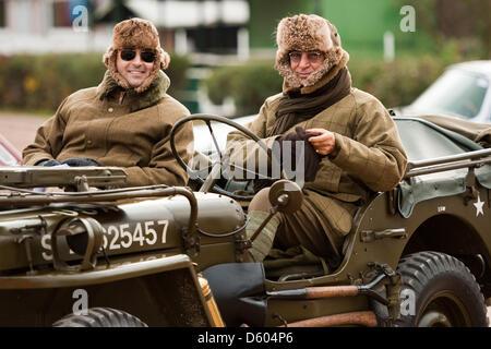 Zwei Rallye-Fahrer sitzen in einem Willys-Overland Willys-Jeep wartet auf das Startsignal während der Oldtimer-Rallye - Stockfoto