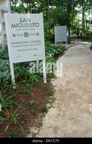 Eingang zur San Miguelito Ausgrabungsstätte angrenzend an das neue Museum Museo Maya de Cancun, Cancun, Mexiko - Stockfoto