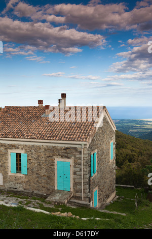 Frankreich, Korsika, Fiumorbo, Prunelli di Fiumorbo, Haus mit Berglandschaft - Stockfoto