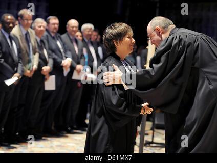 Nikolaus Schneider, des Vorsitzenden der evangelischen Kirche in Deutschland (EKD), weiht Pfarrer Margot Kaessmann - Stockfoto