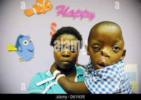 Johannesburg, Südafrika. 10. April 2013. Pietros Mokunke und seine Mutter, Maria, in der Charlotte Maxekehospital - Stockfoto