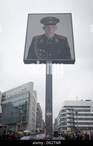 Das Porträt eines sowjetischen Soldaten sitzt hoch über dem modernen Friedrishstrasse in modernen Berlin am Standort - Stockfoto