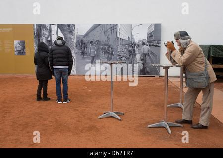 Besucher lernen über die Berliner Mauer zu lesen im freien Schautafeln in der Nähe der ehemaligen Checkpoint Charlie, - Stockfoto