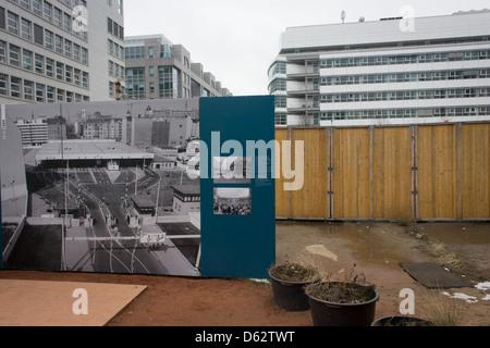 Ein outdoor-Ausstellung-Panel in der Nähe der ehemaligen Checkpoint Charlie, die ehemalige Grenze zwischen Ost und - Stockfoto