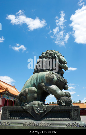 Löwe aus Bronze-Statue in der verbotenen Stadt, Peking, China - Stockfoto